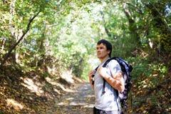 Mężczyzna turysta na tła jesień naturze Obraz Stock