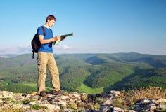Mężczyzna turysta w górze czyta mapę. Zdjęcia Royalty Free