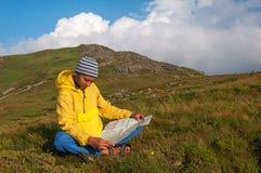 Mężczyzna turysta w górze czyta mapę obrazy royalty free