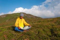 Mężczyzna turysta w górze czyta mapę Zdjęcia Stock