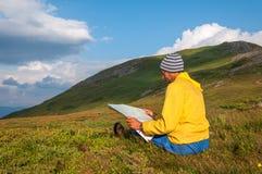 Mężczyzna turysta w górze czyta mapę zdjęcia royalty free