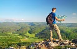 Mężczyzna turysta w górze czyta mapę konceptualnego projekta mężczyzna góry wierzchołek Zdjęcie Stock