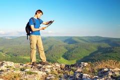 Mężczyzna turysta w górze czyta mapę konceptualnego projekta mężczyzna góry wierzchołek Zdjęcia Royalty Free