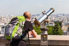 Mężczyzna turystyczny patrzeć nad Paryż krajobrazem od Montmartre observa Zdjęcia Royalty Free