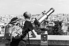 Mężczyzna turystyczny patrzeć nad Paryż krajobrazem od Montmartre observa Obraz Royalty Free