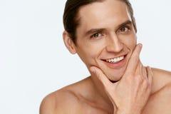 Mężczyzna twarzy opieka Mężczyzna macania Gładka skóra Po Golić zdjęcie stock