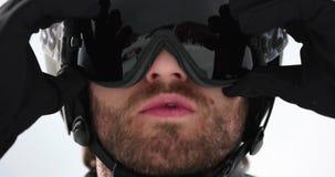 Mężczyzna twarzy szczegół przystosowywa hełma narządzanie dla narciarstwa Mountaineering narty aktywność Narciarki zimy sporta w  zbiory