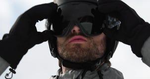 Mężczyzna twarzy szczegół z hełma kładzenia słońca maski narządzaniem dla narciarstwa Mountaineering narty aktywność Narciarki zi zbiory wideo
