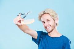 Mężczyzna tworzy nową fryzurę z nożycami i gręplą Obrazy Stock