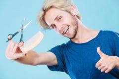 Mężczyzna tworzy nową fryzurę z nożycami i gręplą Zdjęcie Royalty Free