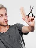 Mężczyzna tworzy nową fryzurę z nożycami i gręplą Zdjęcie Stock