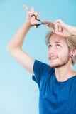 Mężczyzna tworzy nową fryzurę z nożycami i gręplą Zdjęcia Stock