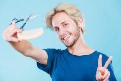 Mężczyzna tworzy nową fryzurę z nożycami i gręplą Fotografia Stock