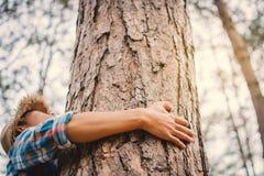 Mężczyzna uściśnięcia duży drzewny kolor modnisia brzmienia selekcyjna miękka ostrość Obraz Royalty Free