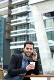 Mężczyzna uśmiecha się kawę i cieszy się Obrazy Royalty Free