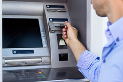 Mężczyzna używa ATM