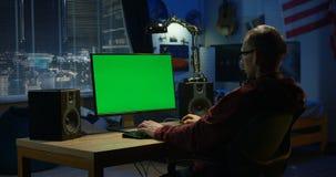 Mężczyzna używa jego komputer w domu