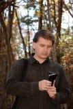 Mężczyzna używa jego telefon komórkowego Zdjęcia Royalty Free