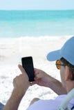 Mężczyzna używa jego telefon komórkowego Fotografia Royalty Free