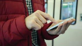Mężczyzna Używa Jego telefon komórkowego W staci metru zbiory wideo