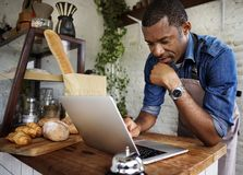 Mężczyzna używa komputerowego laptop fotografia stock