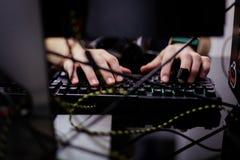 Mężczyzna używa laptop Zdjęcie Stock