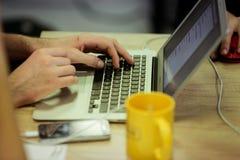 Mężczyzna używa laptop Fotografia Stock