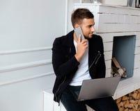 Mężczyzna używa laptop blisko graby Obraz Stock
