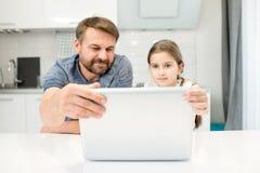 Mężczyzna Używa laptop z córką fotografia stock