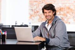 Mężczyzna używa laptopu biznesmena przypadkowego uśmiech zdjęcie stock