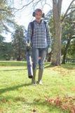 Mężczyzna używa liść dmuchawę Fotografia Royalty Free