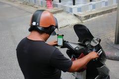 Mężczyzna używa linię gdy prowadnikowy motocykl Zdjęcie Stock