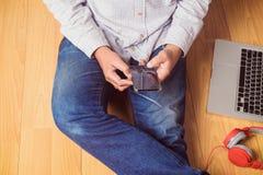 Mężczyzna używa mądrze telefon Obrazy Royalty Free