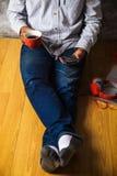 Mężczyzna używa mądrze telefon z filiżanką świeża kawa Obraz Stock