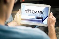 Mężczyzna używa mobilnego banka zastosowanie z pastylką fotografia royalty free