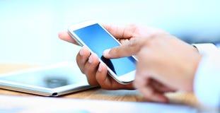 Mężczyzna używa mobilnego mądrze telefon