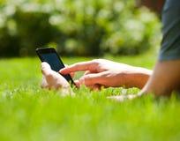 Mężczyzna używa mobilnego mądrze telefon plenerowego Obrazy Royalty Free