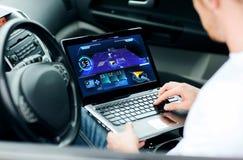 Mężczyzna używa nawigację na laptopie w samochodzie Obrazy Royalty Free