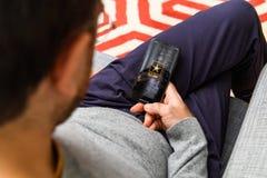 Mężczyzna używa opóźnionego iPhone XS po unboxing zdjęcie royalty free