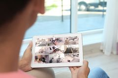 Mężczyzna używa pastylkę dla monitorować CCTV kamery fotografia royalty free