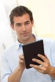 Mężczyzna używa pastylka komputer osobistego salowego obrazy royalty free