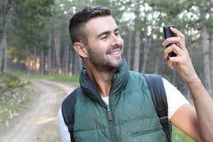 Mężczyzna używa rzeczywistości smartphone app outdoors obraz royalty free