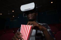 Mężczyzna używa rzeczywistości wirtualnej słuchawki podczas gdy oglądający film obrazy royalty free