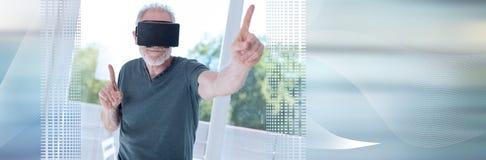 Mężczyzna używa rzeczywistości wirtualnej słuchawki sztandar panoramiczny obrazy stock