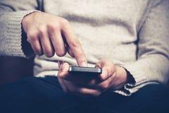 Mężczyzna używa smartphone Fotografia Royalty Free