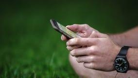 Mężczyzna używa smartphone zbiory