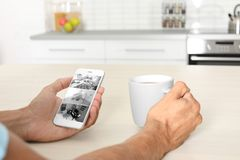 Mężczyzna używa smartphone dla monitorować CCTV kamery zdjęcia stock