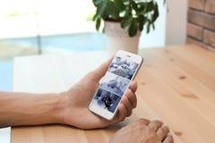 Mężczyzna używa smartphone dla monitorować CCTV kamery obrazy royalty free