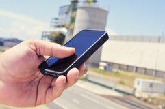 Mężczyzna używa smartphone w terenie przemysłowym Obrazy Stock