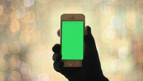 Mężczyzna Używa Smartphone Z zieleń ekranem wewnątrz Obrazy Stock